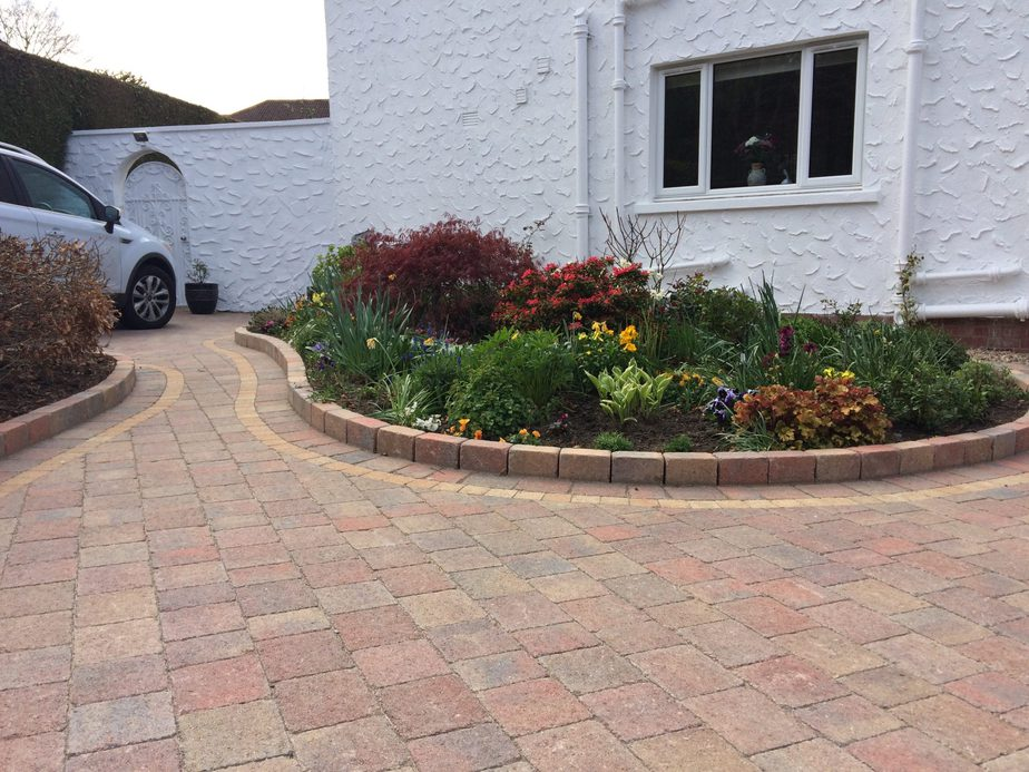 DECORATIVE EDGINGS FOR DRIVEWAY
